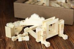 Kinderen` s houten blokken, die een huis bouwen royalty-vrije stock fotografie