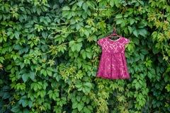 Kinderen` s kleding voor meisje op hanger Royalty-vrije Stock Foto's