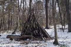 Kinderen` s loods of een hut in het bos Royalty-vrije Stock Fotografie