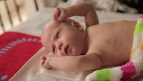 Kinderen` s massage thuis stock footage