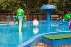 Kinderen` s pool met plastic dolfijn stock fotografie