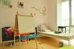 Kinderen` s slaapkamer en Meisjesspeelkamer met Speelgoed en Art Easel royalty-vrije stock afbeelding