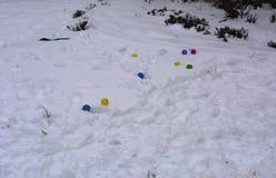 Kinderen` s speelgoed in de de winterbinnenplaats die willekeurig wordt verspreid stock afbeeldingen