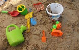 Kinderen` s speelgoed op het strandzand Stock Foto