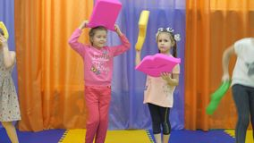 Kinderen` s speelkamer De meisjes vervuilen met zacht speelgoed stock video