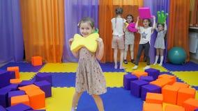 Kinderen` s speelkamer De meisjes vervuilen met zacht speelgoed stock footage