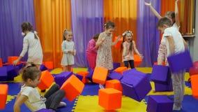 Kinderen` s speelkamer Spel met schuimkubussen stock footage