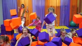 Kinderen` s speelkamer Spel met schuimkubussen stock video
