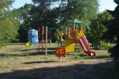Kinderen` s speelplaats in de zomer in de werf van het huis royalty-vrije stock fotografie