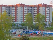 Kinderen` s speelplaats in een kleine stad royalty-vrije stock foto's