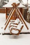 Kinderen` s speelplaats met sneeuw wordt behandeld die Stock Foto