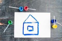 Kinderen` s tekening van een huis met gekleurde verven wordt geschilderd die Het concept van het huis Royalty-vrije Stock Afbeeldingen