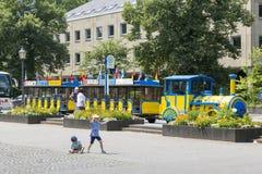 Kinderen ` s uitdrukkelijk voor het lopen langs de dijk in Koblenz stock foto