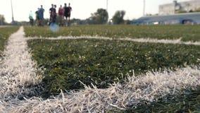 Kinderen` s voetbal opleiding met bus op het gebied op een zonnige dag Het concept het uitoefenen en een gezonde levensstijl stock video