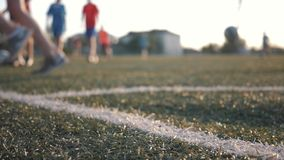 Kinderen` s voetbal opleiding met bus op het gebied op een zonnige dag Het concept het uitoefenen en een gezonde levensstijl stock footage