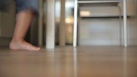 Kinderen` s voeten die over de vloer lopen stock videobeelden