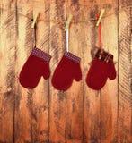 Kinderen` s vuisthandschoenen op een houten achtergrond In afwachting van giften Childh royalty-vrije stock fotografie
