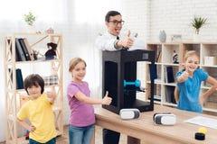 Kinderen samen met leraar het stellen op de camera en het tonen van een duim royalty-vrije stock afbeelding