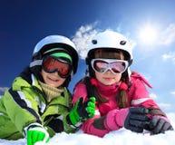 Kinderen in skikleding Royalty-vrije Stock Afbeeldingen