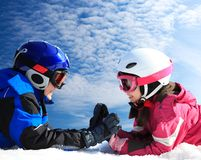 Kinderen in skikleding royalty-vrije stock afbeelding