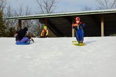 Kinderen Sledding bij Millenniumpark Royalty-vrije Stock Afbeeldingen