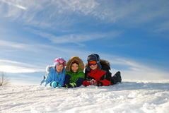 Kinderen in sneeuw Stock Foto's