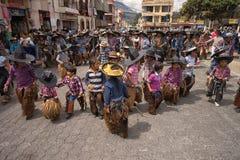 Kinderen sombrero's dragen en kloofjes die in Cotacachi Ecuador Royalty-vrije Stock Afbeeldingen