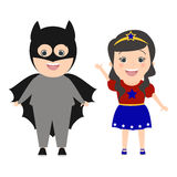 Kinderen superheroes De jongen kleedde zich als Batman Meisje in kostuumsup royalty-vrije illustratie