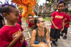 Kinderen tijdens de viering vóór Nyepi - Balinese Dag van Stilte Stock Fotografie