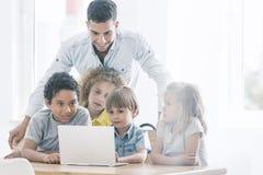Kinderen tijdens e-lerende klassen royalty-vrije stock fotografie
