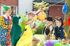 Kinderen tijdens kleding op partij royalty-vrije stock afbeelding