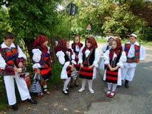 Kinderen in traditionele kostuums van Maramures-Provincie, Roemenië stock foto