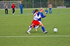 Kinderen van het speelvoetbal van SChwalbach van de BACCALAUREUS IN DE EXACTE WETENSCHAPPEN royalty-vrije stock afbeelding