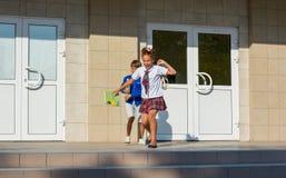 Kinderen van school na het eind van lessen gelukkig in werking die worden gesteld die stock fotografie