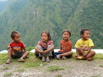 Kinderen van Tallo Chipla - Nepal stock foto's
