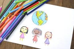 Kinderen van verschillende nationaliteiten en Aarde stock afbeeldingen