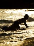 Kinderen in water stock afbeelding
