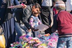 Kinderen Winkelend Toy Iraq stock foto