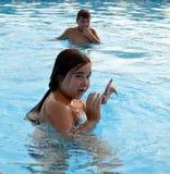 Kinderen in zwembad Stock Foto