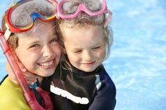 Kinderen in zwembad het leren het snorkelen. stock afbeeldingen