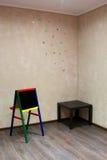 Kinderenbord bij een muur met geschilderde vlinders Royalty-vrije Stock Foto