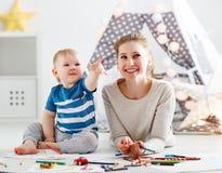 Kinderencreativiteit moeder en babyzoon die zich samentrekken Royalty-vrije Stock Foto's