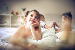 Kinderengeheugen Jonge geitjes in bed stock foto's