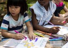 Kinderenkunst die zich samentrekken royalty-vrije stock fotografie