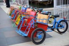 Kinderenriksja's, pedicab in speelplaats stock foto's