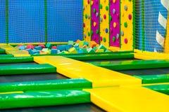 Kinderenspeelplaats binnen plastic stuk speelgoed kleurrijke het spelen grondkabel royalty-vrije stock foto's
