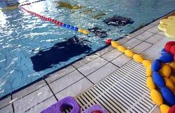 Kinderenspeelplaats in het zwembad Stock Foto's