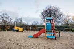 Kinderenspeelplaats in openbaar park stock foto's