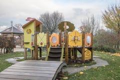 Kinderenspeelplaats in openbaar park stock afbeeldingen