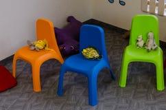 Kinderenstoelen met speelgoed royalty-vrije stock afbeeldingen
